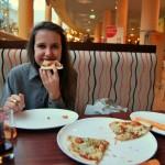 Maila machte dieses Foto, auf dem ich sehr fröhlich Pizza in Tallinn esse.