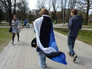Cianna aus Neuseeland in Lettland mit der Estland-Flagge.