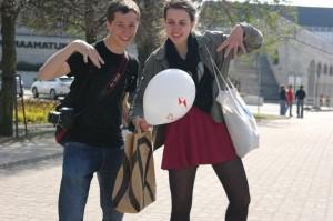 Aiden aus Australien und ich freuen uns über einen Balon