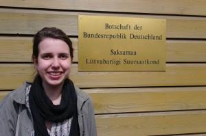 Ich vor der deutschen Botschaft in Tallinn