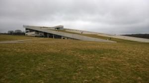 Das Museum! Auf das Dach, das gewissermaßen ein künstlich angelegter, geometrischer Hpgel ist, kann man draufgehen - Klasse Aussicht!